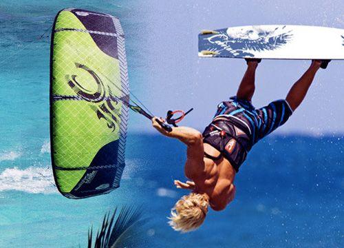 Chico practicando kite surf volando sobre el mar
