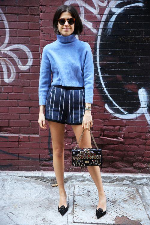 Lenadra Medine- Manrepeller - Blue high neck jersey and pinstriple shorts - Jersey de cuello alto azul y pantalones cortos de raya diplomática.