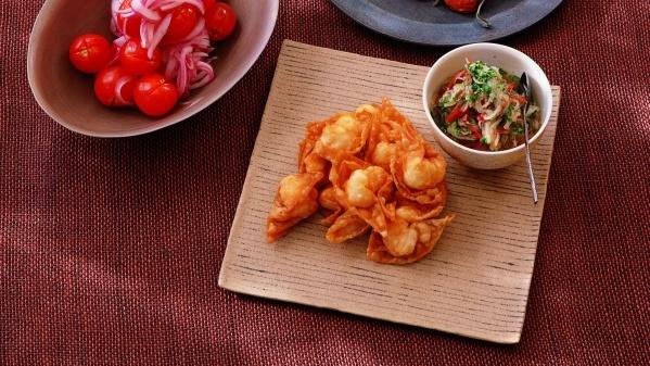 Won-ton de crevettes frits accompagnés de légumes marinés à la vietnamienne avec du sucre d'érable