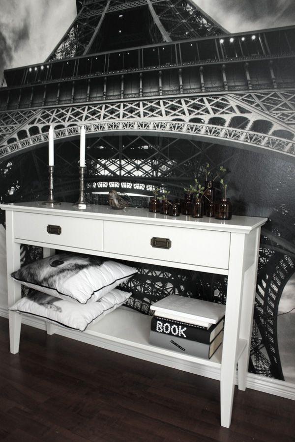 Möblera liten hall mellan två rum. Fototapet Eifeltornet i svartvitt. Vitt avlasningsbord i liten hall. Inredningstips liten hall mellan två rum. Inredning i vitt, svart och grått. DIY med böcker. Göra egna omslag på böcker. Snyggt i inredningen.