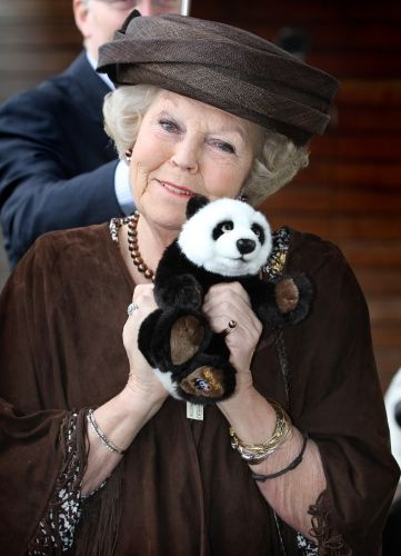 2011 Beatrix viert de 50ste verjaardag van WWF  Oprichting World Wildlife Fund (WWF), Z.K.H. Prins Bernhard is de eerste internationale president.