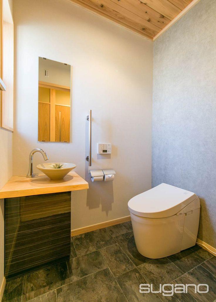 栃の無垢板の手洗いカウンターに美濃焼の手洗器。床はタイル・・・と見せかけて、掃除をしやすい塩ビシートです。 #和風建築 #和風住宅 #トイレ #家づくり #菅野企画設計