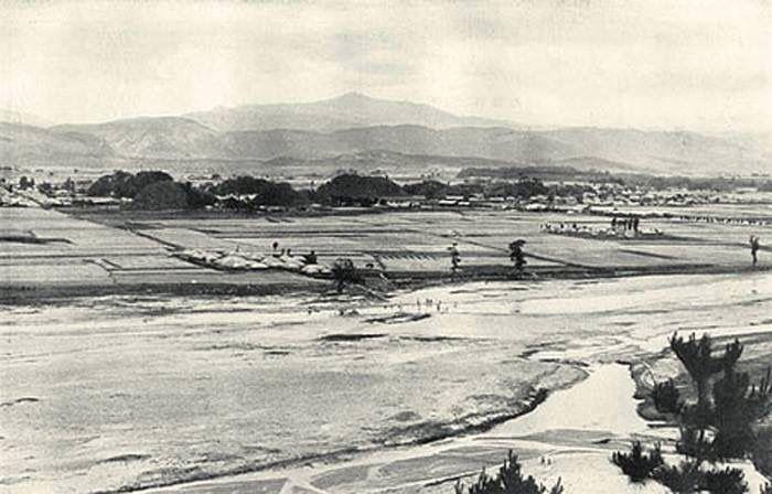 1920년대 경주. 대릉원 뒤로 보이는 산이 토암산.
