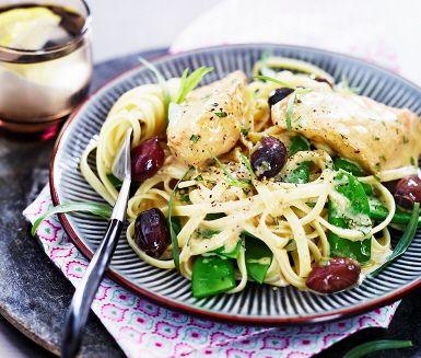 Ett lätt- och snabblagat recept på utsökt kyckling med dragon. De skurna kycklingfiléerna bryns i en stekpanna och blandas med grädde, buljong, citronsaft och dragon som tillsammans blir en makalös sås! Blanda med syrliga kalamataoliver och servera med nykokt pasta och krispiga sockerärter.