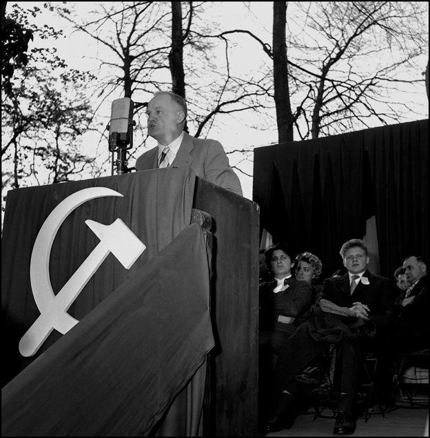 Rassemblement de la jeunesse à Waziers  ( Nord ) 14/4/1957- Maurice Thorez sec. Gén. du PCF parle à la foule- PCF communiste ©Gérald Bloncourt