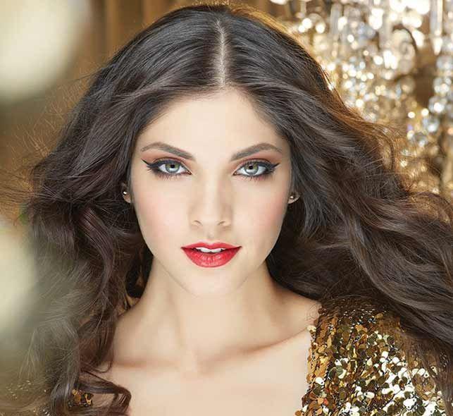 Lleva el glamour del dorado en tu look, perfecto para un evento a cualquier hora.