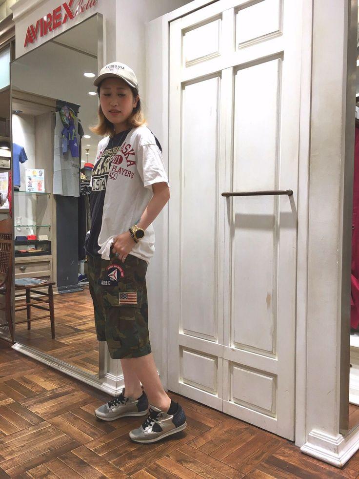 AVIREXらしいオススメコーディネート★ レディースのゆったりシルエットのTシャツに迷彩のメンズパンツを合わせました!156㎝のスタッフがメンズのSサイズ着用で膝下の丁度いい長さ★スニーカーとキャップでスポーティー感をUPしています!