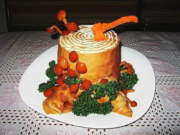 Салат «Пенек - из картошки, грибов, курицы, моркови, сыра и блинов