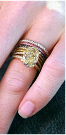 Rebecca Romijn's wedding rings (from Jerry O'Connell) Love the unique stackable bands!