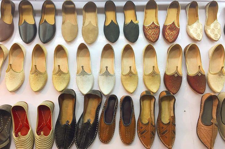異国情緒ある革の靴 シュッととんがったパーツがあるところがかわいい なーんでそうなったんだろうなぁ  気になる靴はいつもメンズ 女モノよりもガシッと包み込んでくれる感じがとてもよいのに おっちゃんは試着すらさせてくれない  テレビ通販のように大丈夫なのかと心配になるくらい ぐいぐい曲げて柔らかさを見せてくれたラクダの革の靴を購入 確かにとっても柔らかい 暫くは外では履きたくないなぁ 一般的なものは水牛のものらしい 買う気は無かったのだけどおっちゃんの静かなる勢いに乗ってしまた 競り合いがとても楽しかった   Pic等で気になるものがありましたら気軽にください . . #india #indo #lifeinindia #life #painting #travel #scenery #kitsch #shoes #インド #インド暮らし #手仕事 #靴 #革 #旅 #キッチュ
