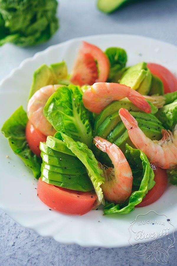 Sałatka z awokado i krewetkami jest szybką i lekką sałatką z gotowanymi krewetkami oraz awokado. Możecie ją jeść polaną oliwą z oliwek, bądź balsamico.