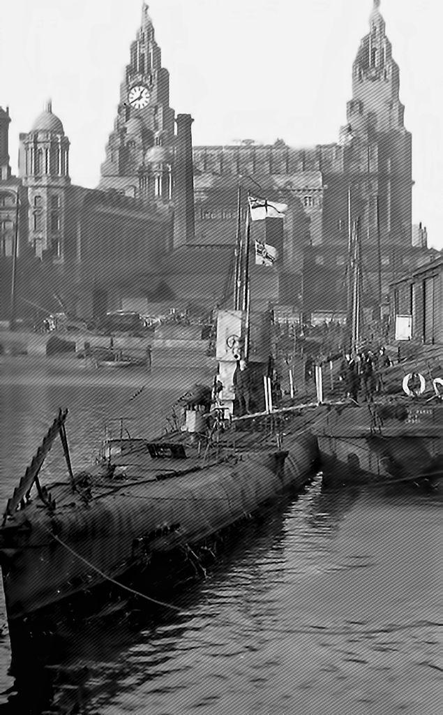A+Captured+German+U-boat+in+Liverpool+1919..jpg (635×1024)