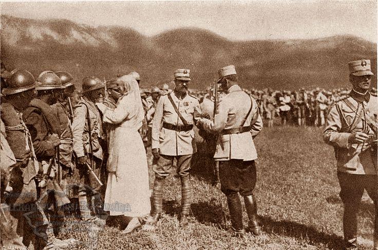 Regele Ferdinand şi Regina Maria decorând militarii care au luptat la Mărăşeşti, august 1917