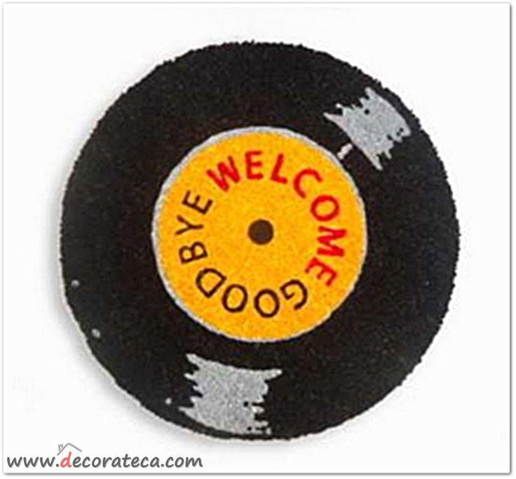 Original felpudo redondo con forma de disco de vinilo en color negro y naranja. Decoración retro moderna original - WWW.DECORATECA.COM