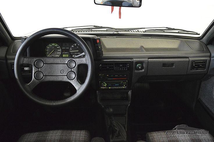 VW Voyage Sport 1994 . Pastore Car Collection              VW Voyage Sport 1993/1994 na cor Preto Universal em raro estado de conservação. Veículo com interior impecável, faróis Cibié e o ar condicionado gelando. Possui nota fiscal de compra com data de  30/11/1993. Motor: longitudinal, 4 cilindros em linha, 2 valvulas por cilindro, comando de valvulas simples no cabecote, alimentacao por carburador de corpo duplo, alcool, potência de 105 cv a 5600 rpm e torque de 15,3 mkgf a ...