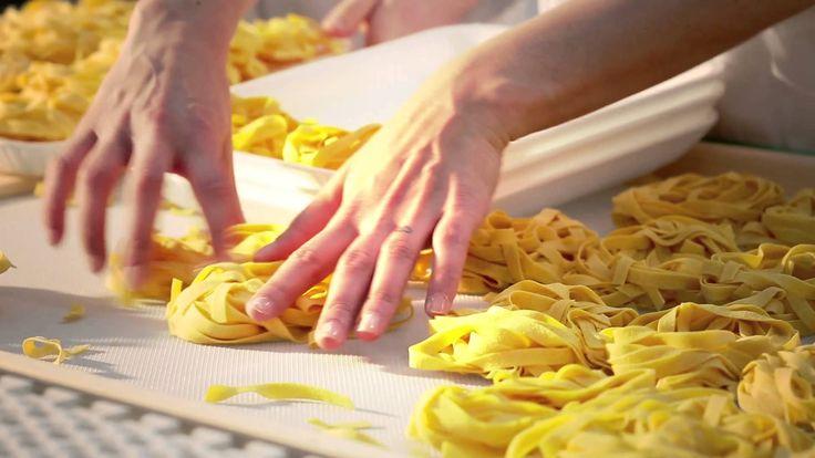 Sono i valori e il metodo Luciana Mosconi che rendono speciali i prodotti della #SignoraDelleTagliatelle.  L'azienda, nata per portare sulla tavola di tutti gli italiani e di tutto il mondo un prodotto straordinario, mantiene dopo più di vent'anni le piccole alchimie con cui realizza le sue #tagliatelle all'#uovo.  Scoprite i segreti di #LucianaMosconi in questo video!  #PastaAllUovo #OggiLucianaMosconi #Expo2015