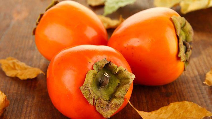 Persimon, kaki, sharon – suomalaisille hieman tuntemattomampi, raakaa tomaattia muistuttava oranssi hedelmä on vitamiinipommi, josta valmistuu helposti smoothie välipalaksi.