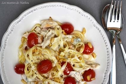 Tagliatelles au poulet, sauce crémeuse au gorgonzola, pignons de pin et tomates cerise poêlées