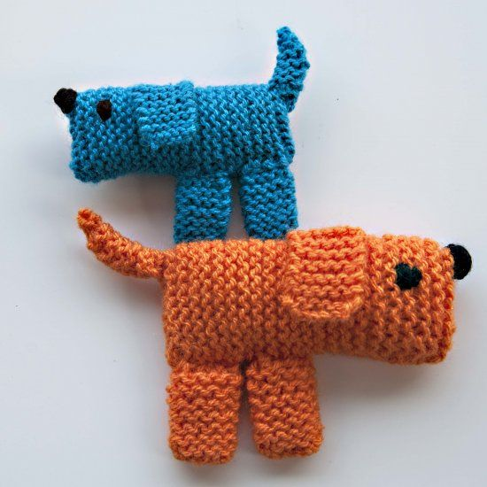 Use scraps of yarn to knit these adorable puppies. Blog in Spanish.