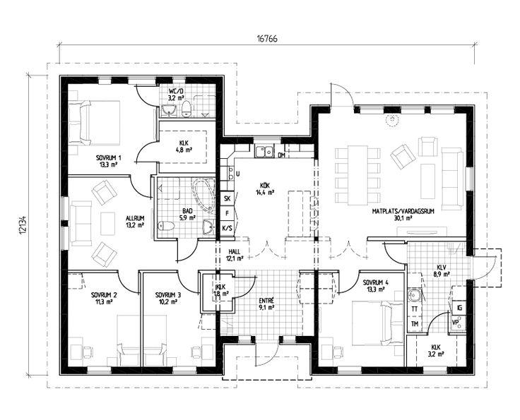 Ett rymligt och flexibelt enplanshus med tre huskroppar, perfekt för det stora hushållet. Väl tilltagna, ljusa umgängesytor med öppen planlösning kombineras med yteffektivt tänk och mycket goda förvaringsmöjligheter. Den rymliga hallen och de väl tilltagna badrummen tillhör husets mest uppskattade egenskaper. Master bedroom med egen WC/ dusch och avskiljande allrum passar fint när man är många i hushållet. Perfekt för tonåringen eller gästerna som stannar över lite längre. Separat klädvård…