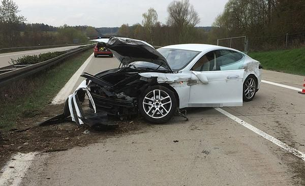 Unfall mit Tesla Model SHochvolt-Akku - und jetzt? Das passiert nach einem schweren Crash im Elektroauto