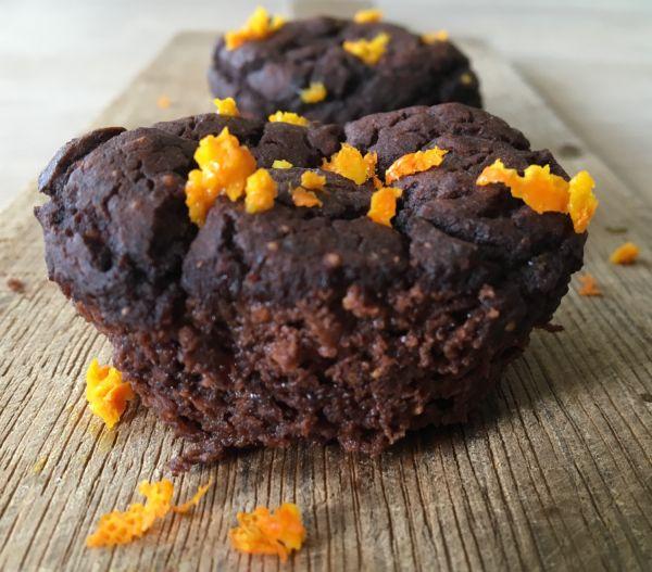 Hvis du var vild med verdens nemmeste chokoladekage, eller de super sunde kakaomuffins uden mel og sukker - på et kvarter, vil du knuselske disse svampede bønne-brownies, der oser af sund - og lækkerhed. Og som man med god samvittighed kan lade sine børn (og sig selv) gnaske løs af. Da halv