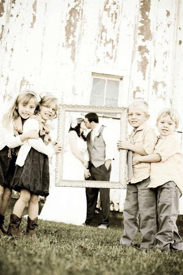 enfants-d-honneur-porte-cadre-photo-mariage-originale
