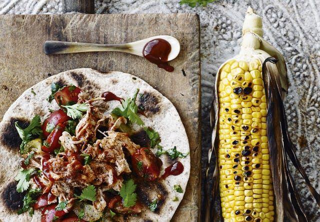 Pulled kylling med tomatsalat og majs | Bobedre.dk