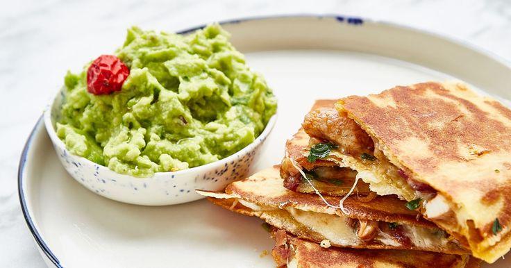 Quesadillas de frango com guacamole.