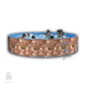 Piscina circular Toi con acabado Rocalla fabricada en acero, cubierta por una funda de polietileno de alta densidad y calidad fotográfica. Incluye escalera galvanizada y sistema de filtración de cartucho. Disponible en diferentes diámetros.