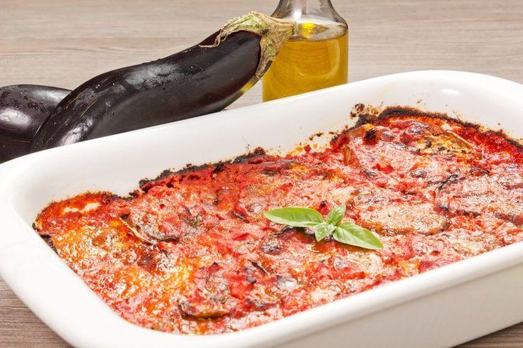Знаменитое блюдо севера Италии. Баклажаны, томатный соус, базилик и два вида сыра выглядят потрясающе и получаются очень вкусными. Готовить это блюдо просто, а подавать на стол можно качестве закуски, гарнира или самостоятельного блюда.