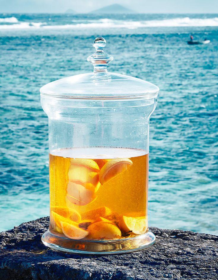 Recette Rhum arrangé aux agrumes : Coupez 1 citron, 1 orange et 1 pamplemousse en morceaux. Dans un grand bocal, mélangez 1 bouteille de rhum brun, les fruits...