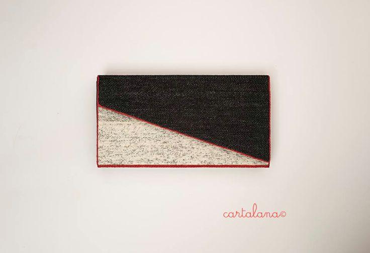 Borsa interamente fatta a mano ri-usando del cartoncino; carta di un vecchio giornale filata a mano come la lana (binco); filo finlandese nero; filo finlandese rosso