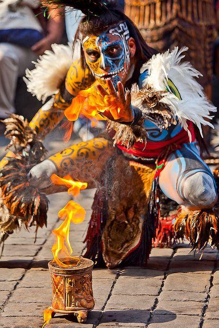 """Artista Urbano """"Guerrero Maya"""" Ciudad de México. Por Anthony Pappone, photographer - Portrait of a Mayan warrior with (street performers), Mexico City, Mexico."""