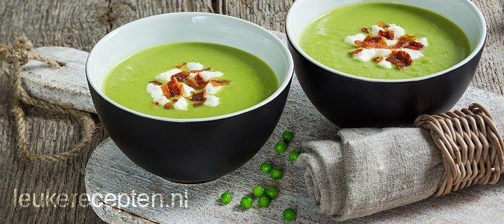 groen soepje van erwtjes en avocado geserveerd met geitenkaas en krokant gebakken spek.