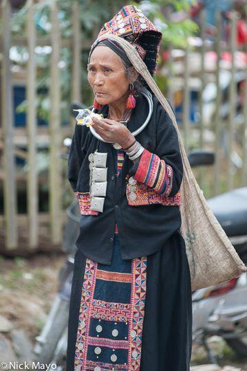 A pala Woman snacking - Laos