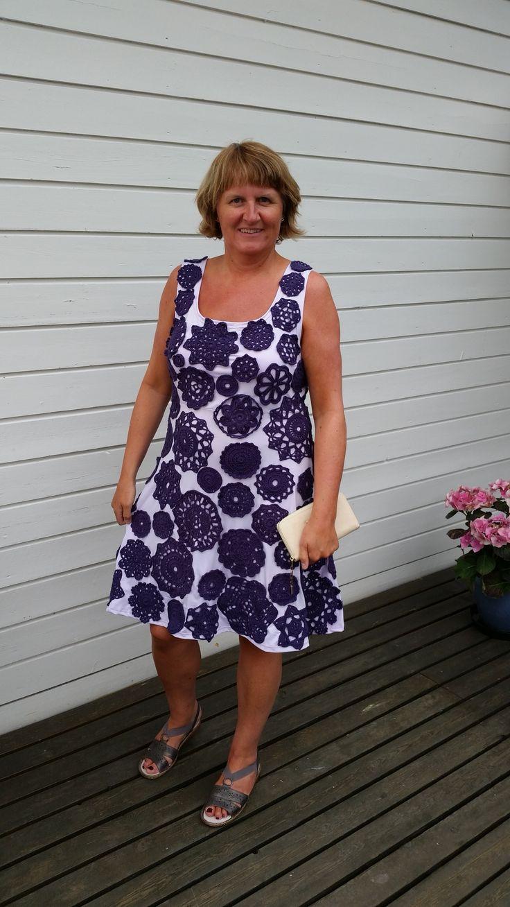 Sydd kjole med lilla heklede brikker