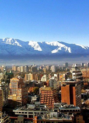 Le #Chili : les sites touristiques incontournables : Le Chili s'étire du nord au sud sur 4300 km, entre le Pacifique et la cordillère des Andes. Il faut compter une dizaine de jours pour visiter les principaux sites touristiques du pays, à commencer par #Santiago sa capitale.