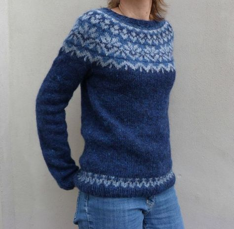 modèle Afmaëli, laine Plötulopi 177 g bleu nuit (1432), 18 bleu clair (1053), 16 g bleu moyen (1431), aig n°4, Taille S