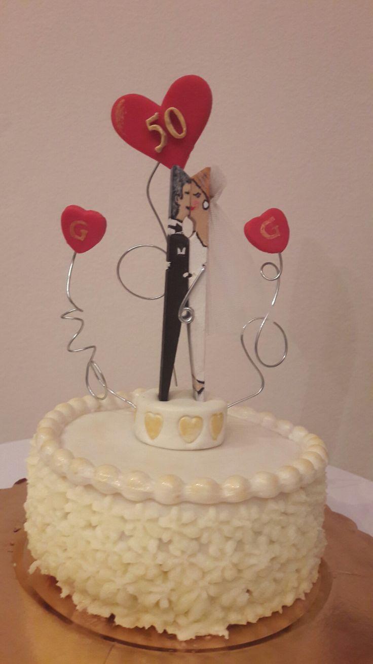 Torta celebrativa per 50 anni di matrimonio.  Realizzata con pasta di zucchero.  Sposi fatti con un ciapetto di legno decorato.