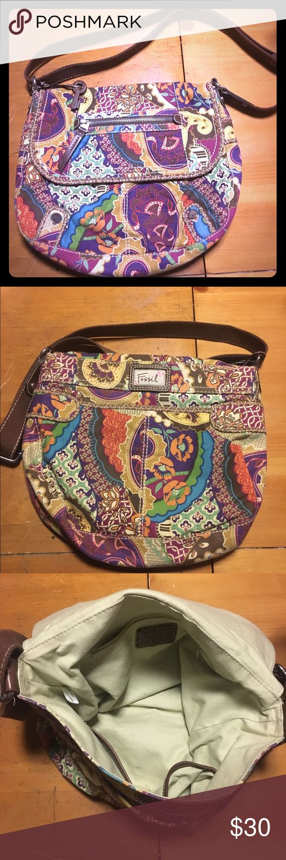 Fossil messenger Bag This gorgeous bag is so versatile.. You can rock it on campus Or to all you hip moms out there, you can use it for a diaper bag.. or for you ladies or carry your life in your bag🙋🏼👈😂 It's in perfect condition.. super cute:) Fossil Bags Shoulder Bags