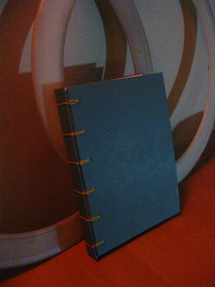 Cuaderno de tapa y hojas blancas lisas. Técnica de encuadernación Belga. USD 10.