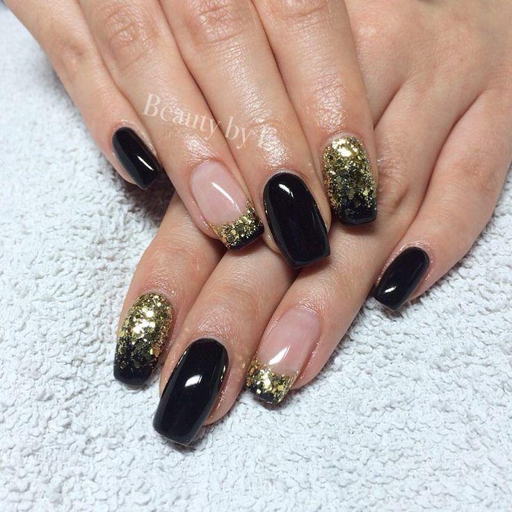 Svart & guld  #nails#naglar#uvgelnails#gelnails#gelenaglar#black#blacknails#svart#svartanaglar#gold#goldnails#goldennails#guld#guldnaglar#glitter#glitternails#glitternaglar#guldglitter#goldglitter#goldglitternails#french#frenchnails#fransk#franskanaglar#frenchmanicure#franskmanikyr#squarenails by beautybyemmas
