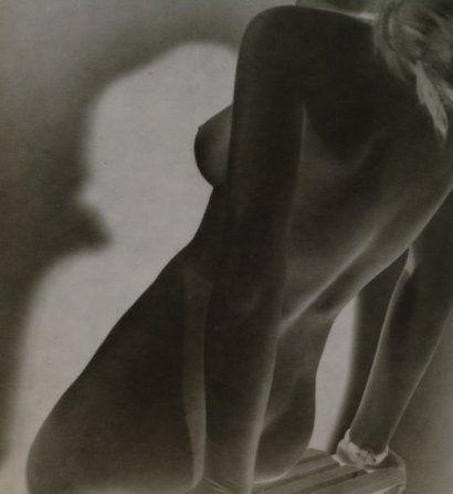 "ANDRE STEINER 1901-1978  Nu féminin, Solarisation, ca. 1935. Tirage argentique d'époque, tampon ""Copyright by André Steiner"" au dos. 17,2 x ..."