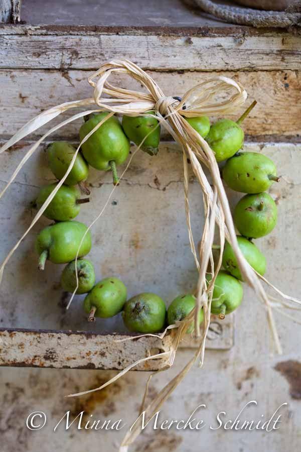 DIY: a wreath made of unripe apples