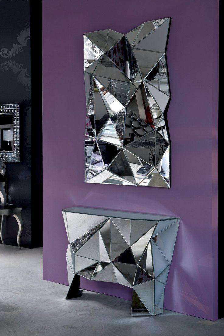 Le miroir Prisma est un miroir enchanteur composé d'une structure impressionnante faite de facettes miroitées disposées comme un prisme.