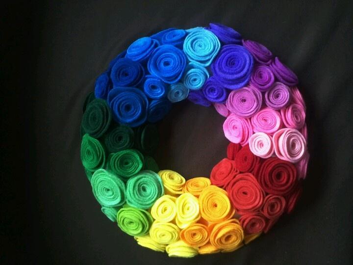 Regenboog krans van opgerolde papier-roosjes