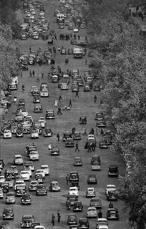 France. Avenue des Champs Élisées, 1956 (photo by Frank Horvat). Notice that there are NO lanes.