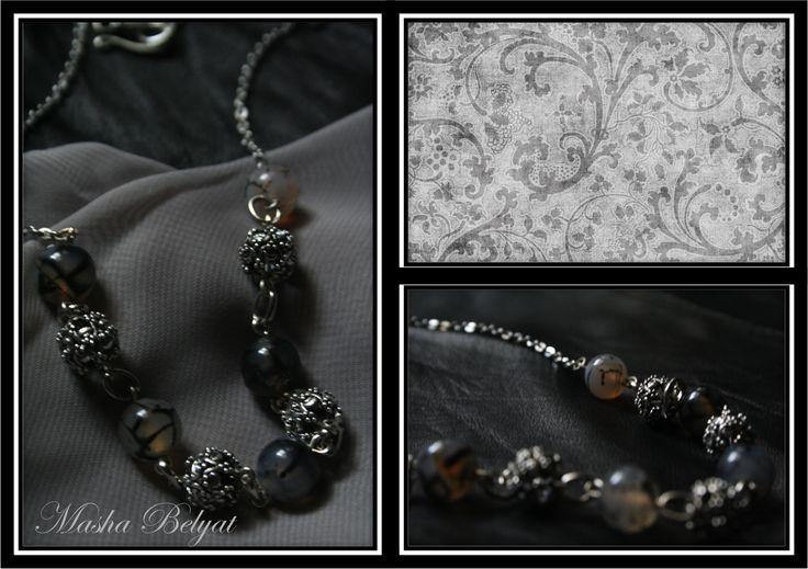 Collar corto. Metal color plata, piedras decorativas. $180 MXN