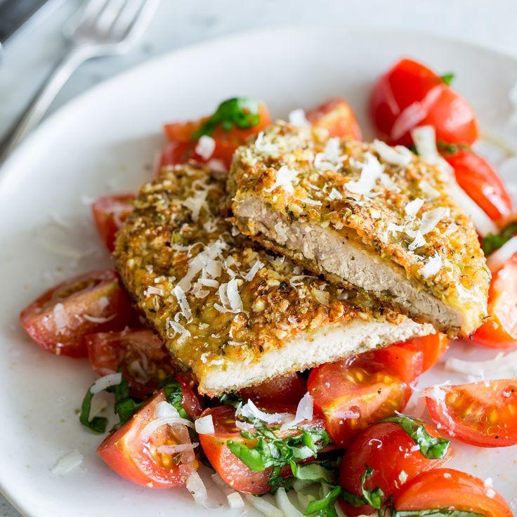 Dein Schnitzel braucht weder Semmelbrösel und noch Pommes. Dein Low-Carb-Schnitzel verlangt nach Ei, Parmesan, Mandeln und frischem Tomaten-Salat.